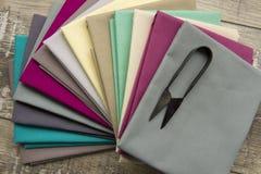 Шить поставки: ткани и ножницы Стоковые Изображения RF