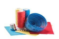 Шить поток, ткань, иглы для шить на белизне изолировал предпосылку Установите для хобби и handmade Стоковые Фото