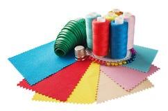 Шить поток, ткань, иглы для шить на белизне изолировал предпосылку Установите для хобби и handmade Стоковая Фотография RF