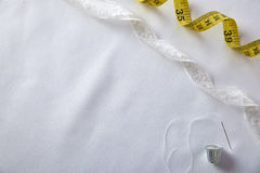 Шить предпосылка с продетыми нитку шнурком и лентой кольца иглы Стоковые Фото