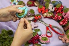 Шить руки и куклы ткани Стоковые Изображения RF