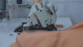 Шить ткани портноя Конец-вверх видеоматериал