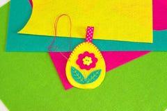 Шить установленный для пасхального яйца войлока на зеленой предпосылке Как зашить пасхальное яйцо с цветком и орнаментом листьев  Стоковые Фотографии RF