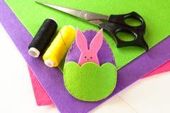 Шить установленный для пасхального яйца и зайчика войлока - как сделать handmade игрушки Стоковые Изображения