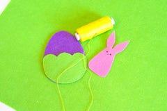 Шить установленный для пасхального яйца и зайчика войлока - как сделать handmade оформление пасхи Стоковые Фото