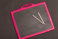 Шифер и карандаш школы на ем стоковые изображения