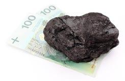 Шишка угля с деньгами на белой предпосылке Стоковые Фото