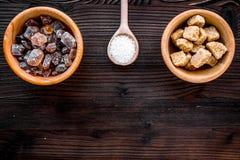 Шишки сахара для сладостной еды варя на верхней части деревянного стола v кухни Стоковое Изображение