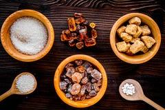 Шишки сахара для сладостной еды варя на верхней части деревянного стола v кухни Стоковые Фотографии RF