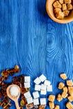 Шишки сахара с помадкой шаров установили на голубую верхнюю часть предпосылки таблицы Стоковое Фото