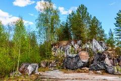 Шишки утеса белого мрамора в Ruskeala паркуют Стоковое фото RF