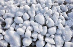 Шишки frazil снега и льда на поверхности замерзать rive Стоковая Фотография RF