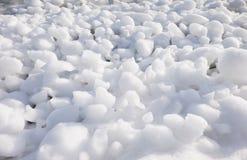 Шишки frazil снега и льда на поверхности замерзать rive Стоковое фото RF