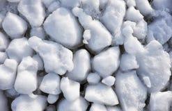 Шишки frazil снега и льда на поверхности замерзать rive Стоковые Фото