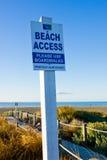 Шильдик доступа пляжа на стороне моря Стоковое Изображение RF