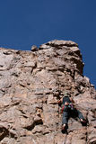 шкалирование альпиниста пиковое к стоковое изображение