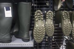 Шкафы вполне новых зеленых резиновых ботинок Стоковые Изображения