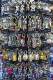 Шкафы и полки с магнитами и сувениры для туристов и гостей города Стоковые Фотографии RF