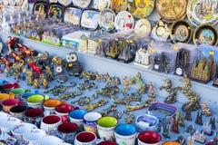 Шкафы и полки с магнитами и сувениры для туристов и гостей города Стоковое фото RF