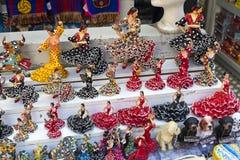 Шкафы и полки с магнитами и сувениры для туристов и гостей города Стоковое Фото
