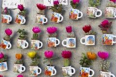 Шкафы и полки с магнитами и сувениры для туристов и гостей города Стоковая Фотография