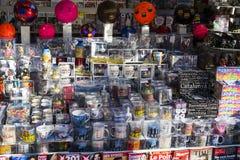 Шкафы и полки с магнитами и сувениры для туристов и гостей города Стоковые Изображения RF