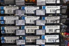 Шкафы и полки с магнитами и сувениры для туристов и гостей города Стоковая Фотография RF