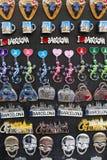 Шкафы и полки с магнитами и сувениры для туристов и гостей города Стоковые Изображения