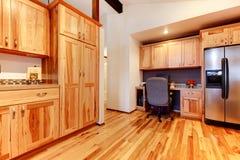 Шкафы кухни березы твердой древесины выполненные на заказ с floo твёрдой древесины стоковые изображения