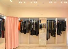 Шкафы с одеждами и примерочной кабина в магазине стоковое изображение rf