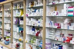 Шкафы фармации с медицинами и таблетками лекарств и пищевыми добавками стоковое изображение rf