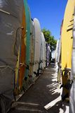 Шкафы surfboards на пляже Waikiki стоковые изображения