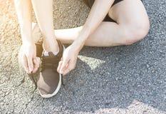 Шкаф ботинка человека на улице Стоковые Изображения RF