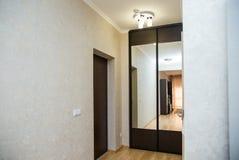 Шкаф Брайна с дверями зеркала Стоковая Фотография
