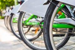 Шкаф велосипеда городской велосипед-деля системы в городе стоковое фото