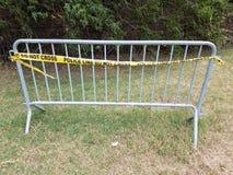 Шкаф велосипеда металла с желтой линией полиции не пересекает ленту стоковые фотографии rf
