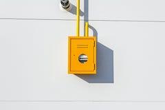 Шкаф желтого металла с газовым счетчиком, трубами и клапанами Стоковые Фото