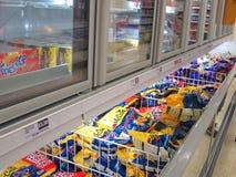 Шкаф замороженной еды в магазине. Стоковое фото RF