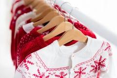 Шкаф одежд с красной ноской knit рождества Стоковые Изображения