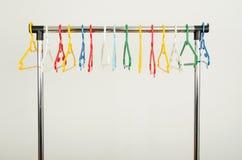 Шкаф одежд с пустыми вешалками стоковые изображения