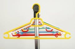 Шкаф одежд с пустыми вешалками стоковое изображение rf