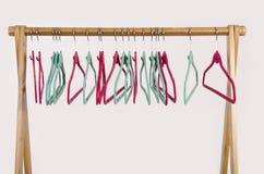 Шкаф одежд с пустыми вешалками стоковые изображения rf