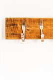Шкаф пальто сделанный от творчески изогнутых вилок стоковая фотография