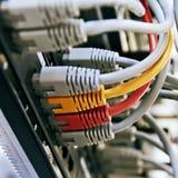 Шкаф сервера пульта временных соединительных кабелей с серыми желтыми и красными шнурами стоковое фото