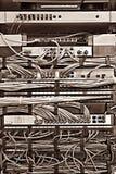 Шкаф сервера пульта временных соединительных кабелей с шнурами в других цветах стоковые изображения