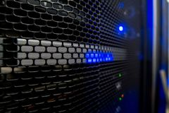Шкаф сервера с серверами и кабелями Шкафы сервера, комната сервера стоковое фото