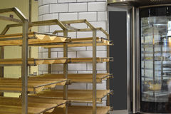 Шкаф-стержень тележки с подносами хлеба Стоковая Фотография RF