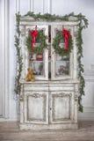 Шкаф с игрушками рождества и гирляндой рождественской елки Стоковое Изображение