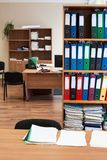 Шкаф с папками бумаги цвета в пустой комнате офиса, никто стоковые фото
