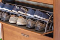 Шкаф с разнообразие ботинками осени Стоковые Изображения